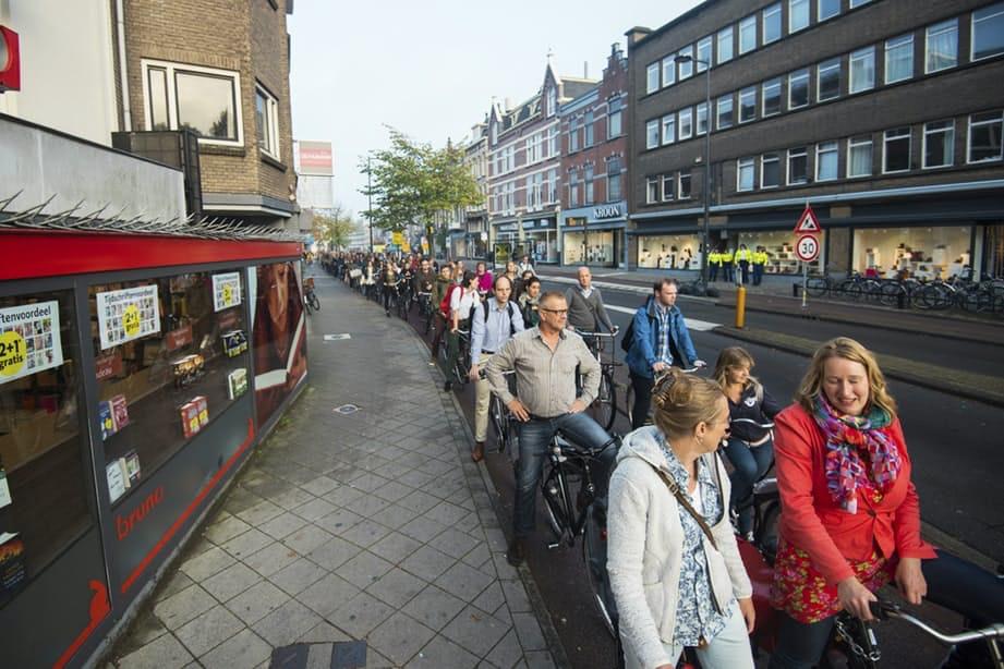 Weer tientallen fietsers bekeurd bij kruising Maliebaan: rij van meer dan 100 meter voor verkeerslichten