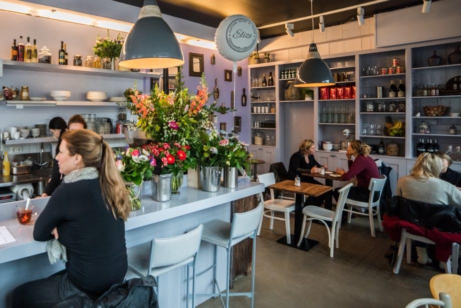 Jette & Jildou drinken koffie bij Café Elize: Sfeervolle huiskamer met loeihete koffie