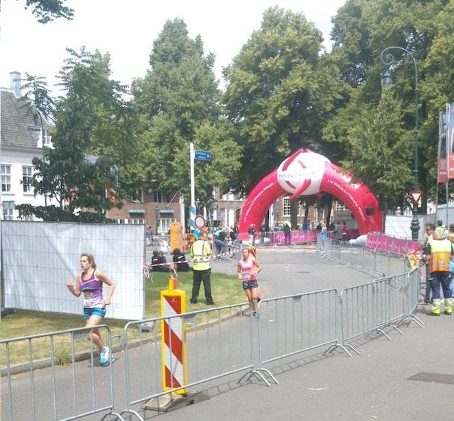 Duizenden meiden rennen door de Utrechtse binnenstad om geld op te halen voor het goede doel