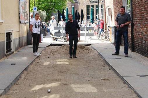 Wat je ook kan doen met een opgebroken straatje: Jeu de boules in Utrecht