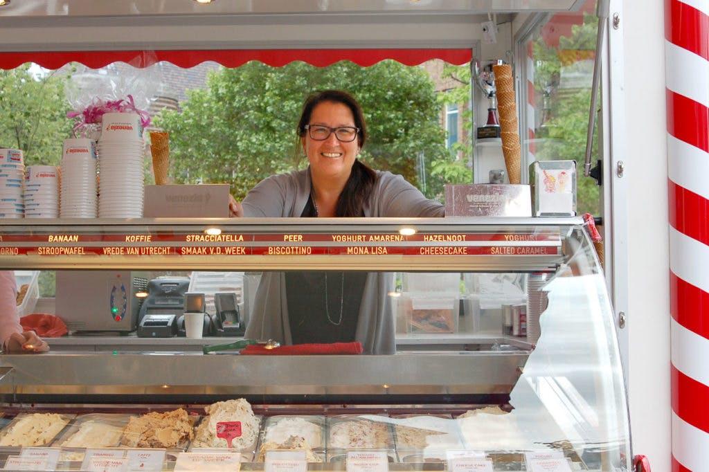 """Op bezoek bij Romana De Lorenzo van ijskiosk Venezia:""""Ik maak het ijs nog steeds volgens de basisrecepten van mijn opa"""""""