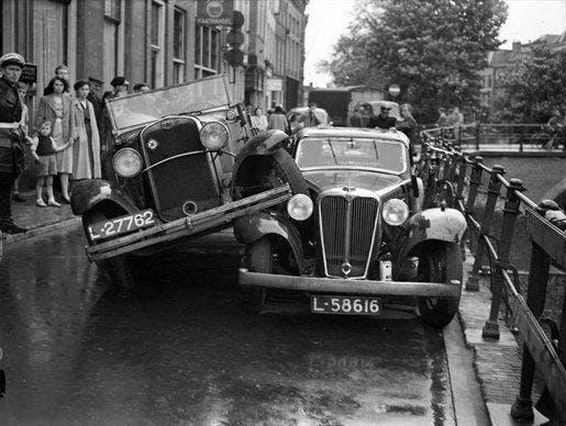 Utrecht in beeld door fotograaf F.F. van der Werf: car crash in de jaren '30