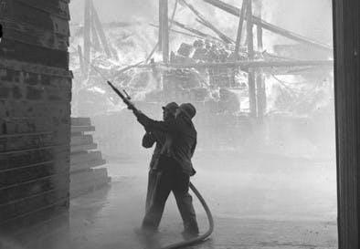 Utrecht in beeld door fotograaf F.F. van der Werf: één van de grootste Utrechtse bedrijfsbranden ooit