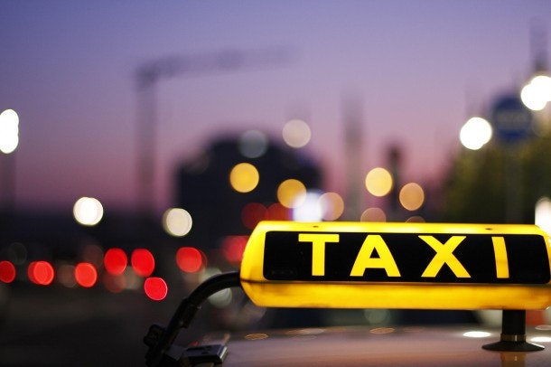 Illegale taxichauffeur van UberPOP in de val gelokt en klemgereden