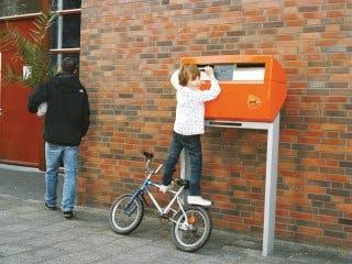 PostNL vervangt rode door oranje brievenbussen