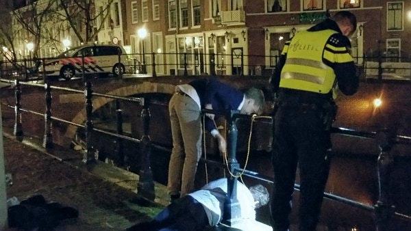 Politie laat vandaal zelf fiets uit de gracht vissen