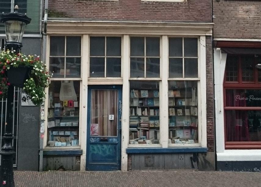 Wie weet er meer over de verlaten boekhandel aan de Korte Jansstraat?