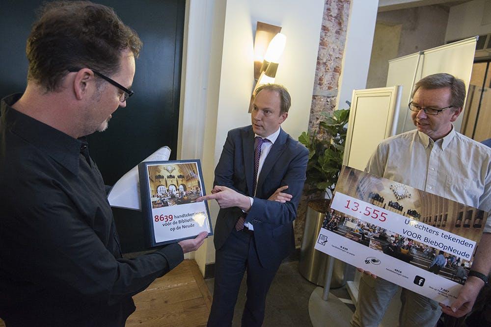 14.000 handtekeningen overhandigd voor bibliotheek op de Neude: gemeenteraad in debat