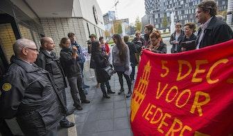 Foto's: Studenten overhandigen handtekeningen aan rector magnificus UU tegen Zwarte Piet