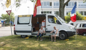 Tientallen wielerfans met campers wachten al langs het parcours in Utrecht