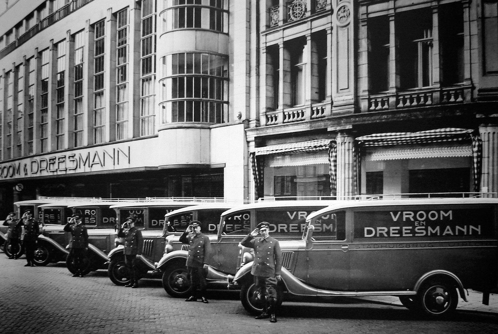 Bestelwagens voor de V&D aan de stadhuisbrug, 1933 (coll. René Vallentgoed)