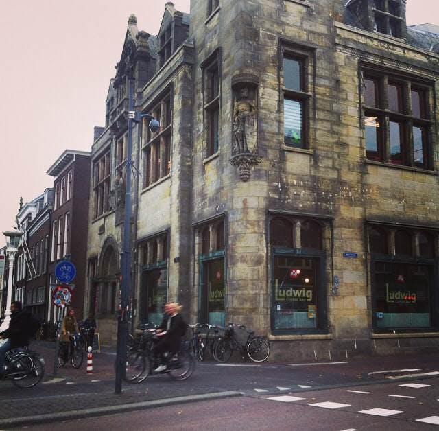 """Jette en Jildou drinken koffie bij Ludwig: """"Een vermakelijk uitzicht op de Nobelstraat"""""""