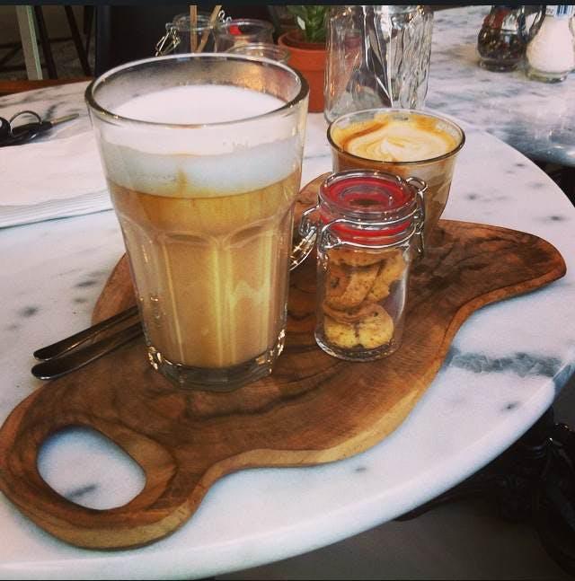 Jette en Jildou drinken koffie bij Bar Lot: Knusse oase in kantoorjungle