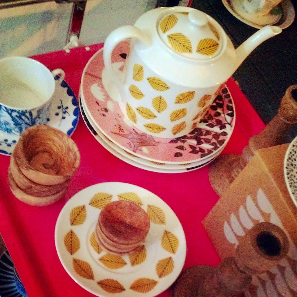 Jette en Jildou drinken koffie bij SET Buurt: Klein stilleven van koekjes, lepels en koffie