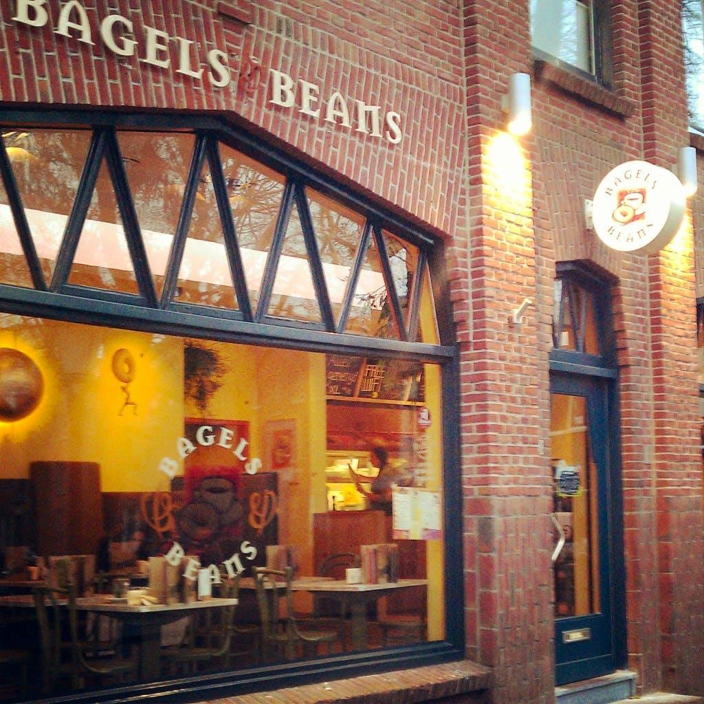 Jette & Jildou drinken koffie bij Bagels and Beans: geen persoonlijke touch maar dat nemen we op de koop toe