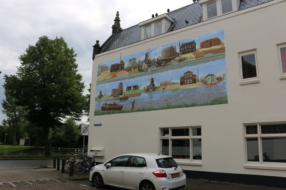 Bedrijvigheid Vaartsche Rijn afgebeeld op grote muurschildering Westravenstraat
