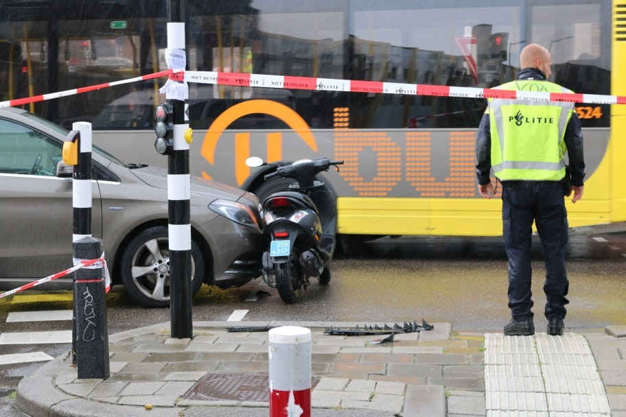 Ongeluk tussen taxi en scooter op de Bleekstraat