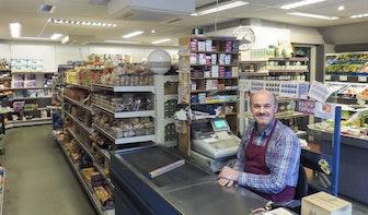 """Op bezoek bij kruidenier Henk de Kroon in de Jan van Scorelstraat: """"Wij doen hier niet aan de crisis"""""""