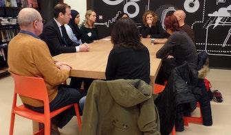 Minister Asscher spreekt met asielzoekers in Bibliotheek Kanaleneiland