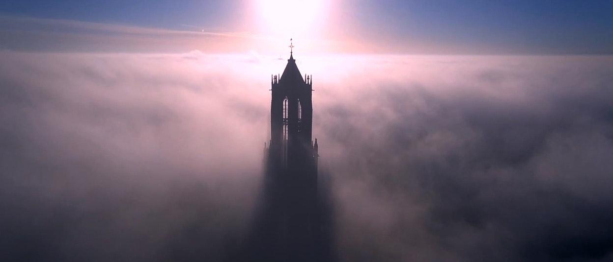 Drone-Filmpje: Domtoren in de mist