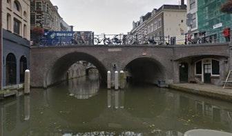 Boot komt vast te zitten onder brug Oudegracht