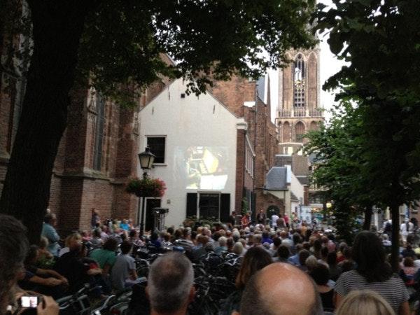 Uniek concert vanaf Domtoren trekt honderden luisteraars
