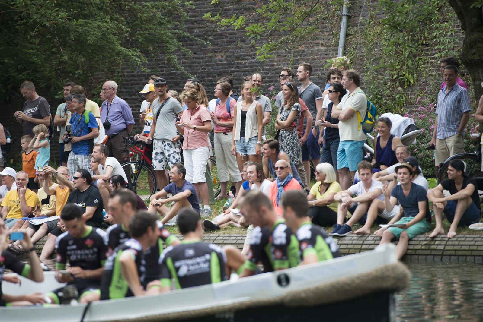 Ploegenpresentatie, wielrenners komen aan met de boot.