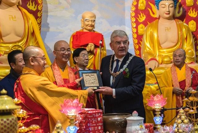 Burgemeester Van Zanen opent boeddhistische tempel in Zuilen