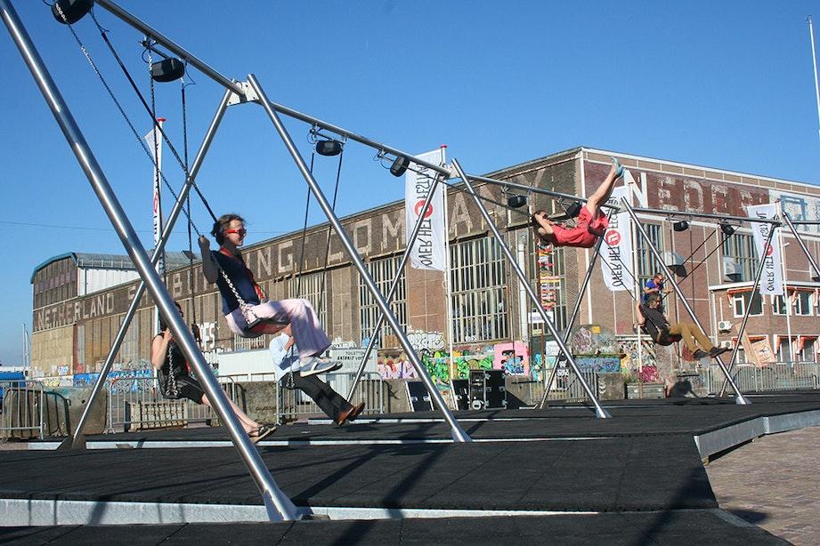 Vier meter hoge muzikale schommels voor volwassenen op de Neude