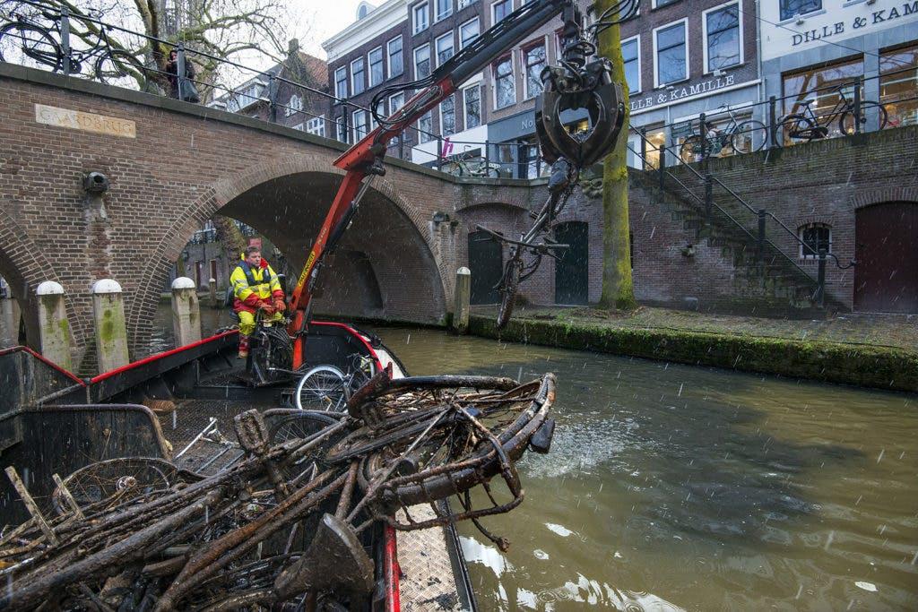 Fotoreportage: Duizenden fietsen jaarlijks uit de Utrechtse grachten gehaald