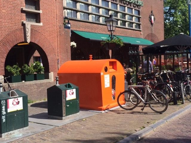 En toen stond er ineens een grote oranje container bij de ingang van het Louis Hartlooper Complex. Jos Stelling is verbijsterd