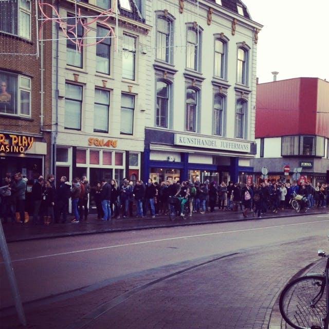 Honderden fans in de Voorstraat voor kaartje Editors (FILMPJE)