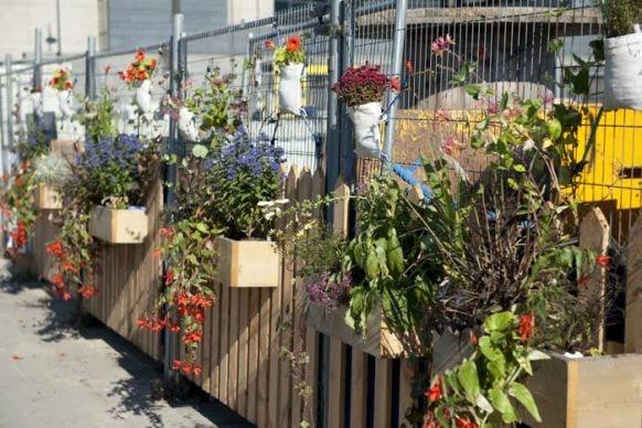 Jaarbeursplein krijgt 75 meter aan groene hekken met gedicht erbij