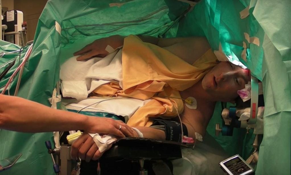 Bijzondere film: Operazanger blijft zingen terwijl zijn hersentumor verwijderd wordt in het UMC