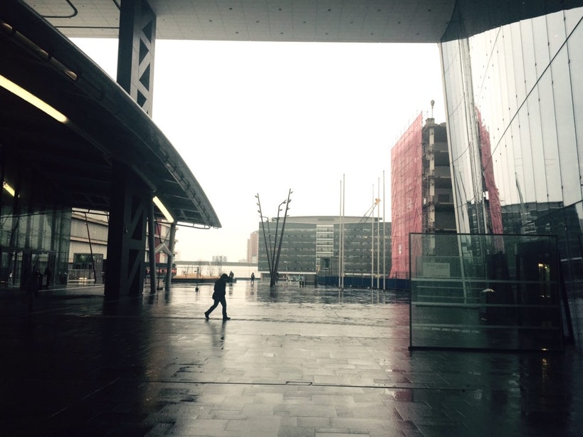 Longread: Een tochtige betonplaat als huiskamer van de stad