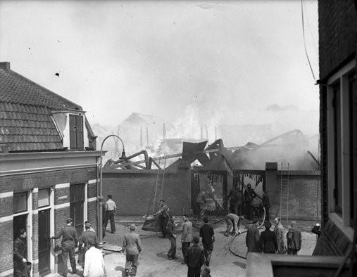 De brand bij Houthandel Jongeneel in 1957 gezien, vanaf de Otterstraat. Foto: Het Utrechts Archief