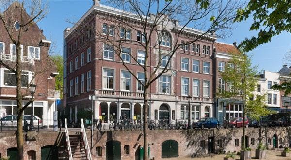 Het gebouw De Gesloten Steen aan de Oudegracht staat te koop