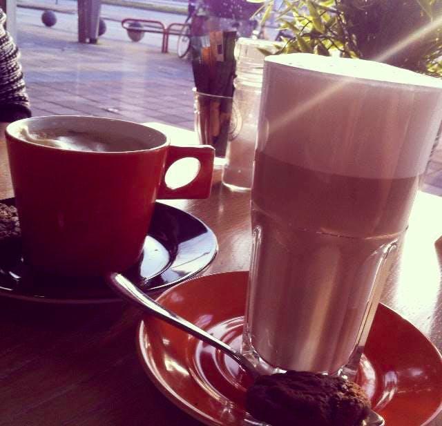 Jette en Jildou drinken koffie op het station: Waar drink je de lekkerste koffie als je op de trein moet wachten?