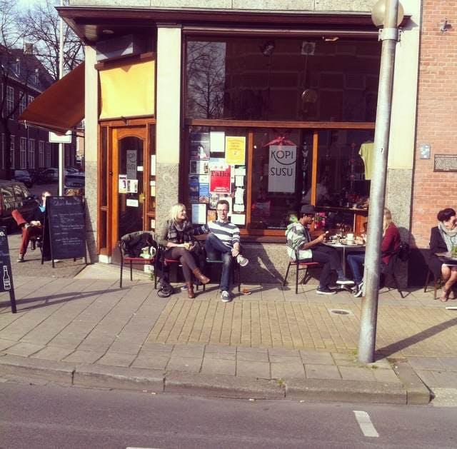 Jette en Jildou drinken koffie bij Kopi Susu: Koffie buiten je comfortzone