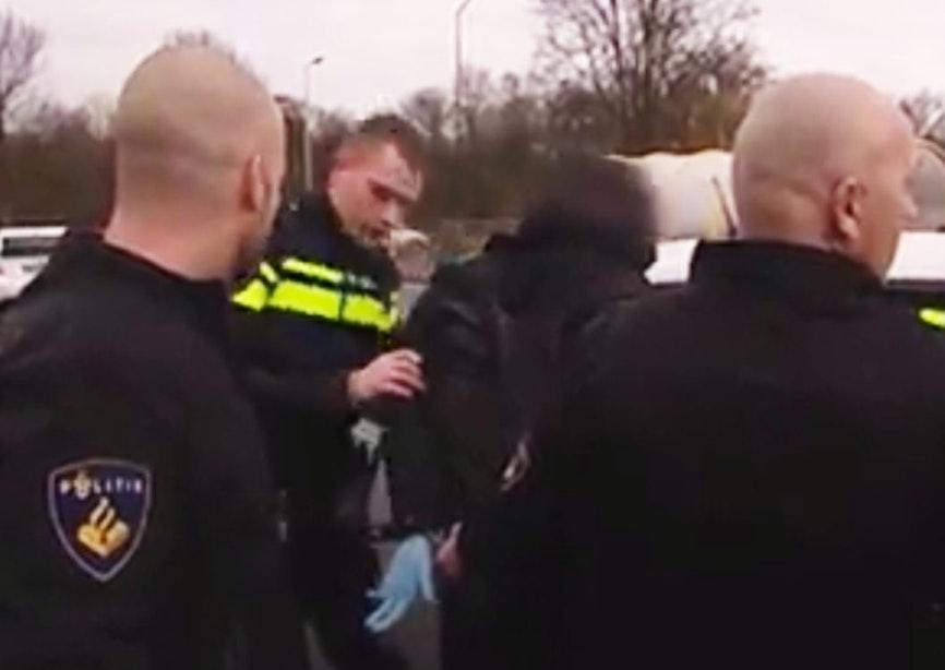 Filmpje: man die met latex handschoenen rondreed in gestolen auto opgepakt