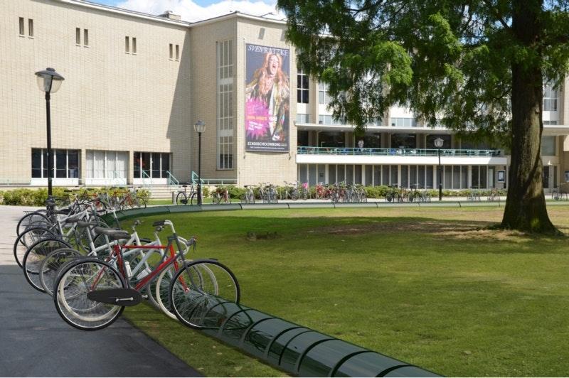 Gemeente experimenteert met twee nieuw soort fietsrekken die dienen als hek bij de Schouwburg
