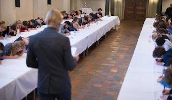 Jelle Brandt Corstius leest het derde Utrechts Studentendictee voor
