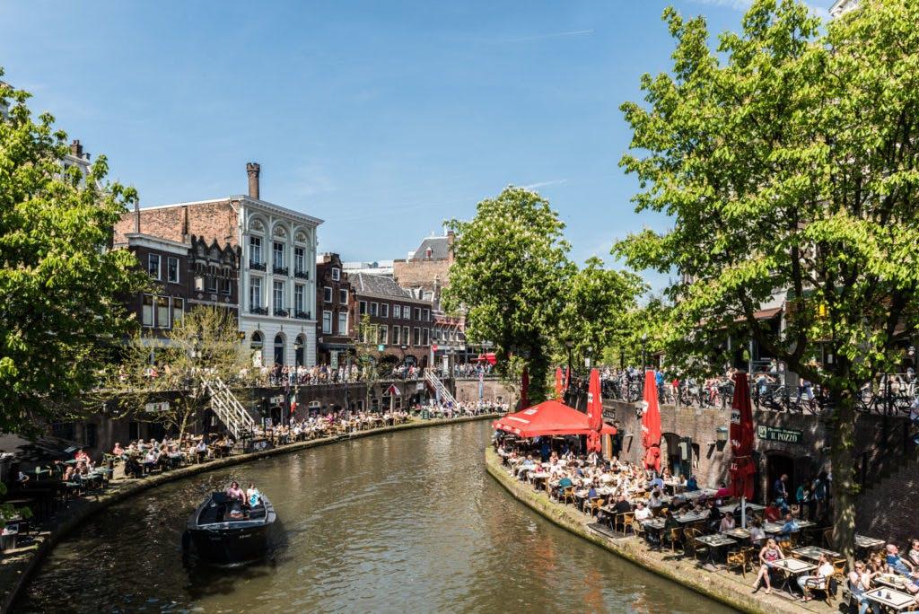 Foto's: Eerste zomerse dag langs de Oudegracht