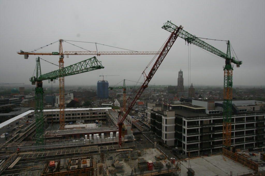 Poëtisch beeld van de bouwput: een ballet voor vijf bouwkranen