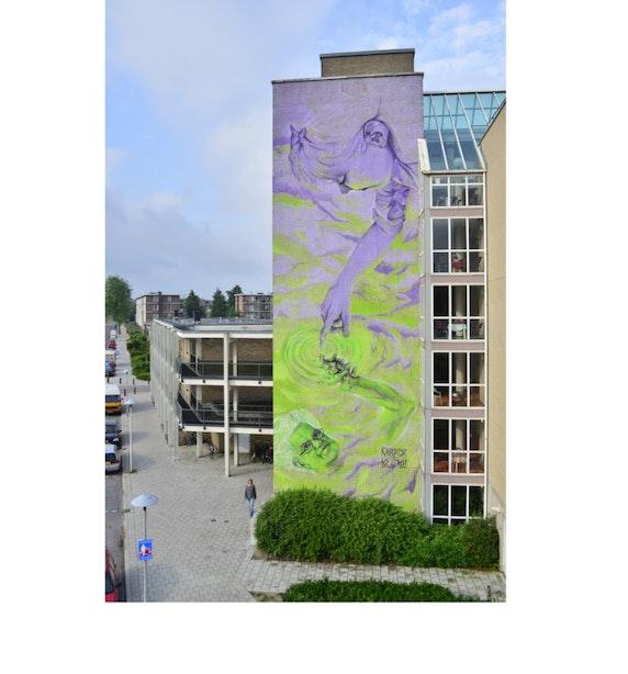 Jong en oud verenigd in grote muurschildering Tolsteeg