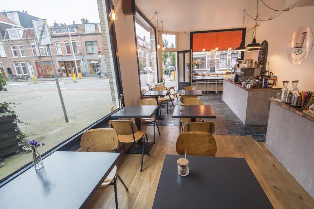 Jette en Jildou drinken koffie bij Rocking Chair: Veilige haven in swingend hoekpand