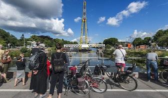 Foto's: Muntbrug weer op oude plek gehesen