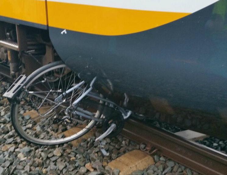 Fiets onder de trein bij station Vleuten