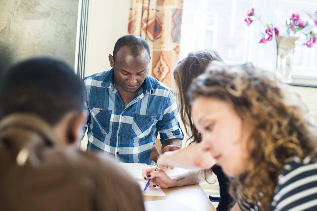 Onder de Mensen: Ingetogen vluchtelingen uit Eritrea wennen aan Nederland bij Stichting Mexaena