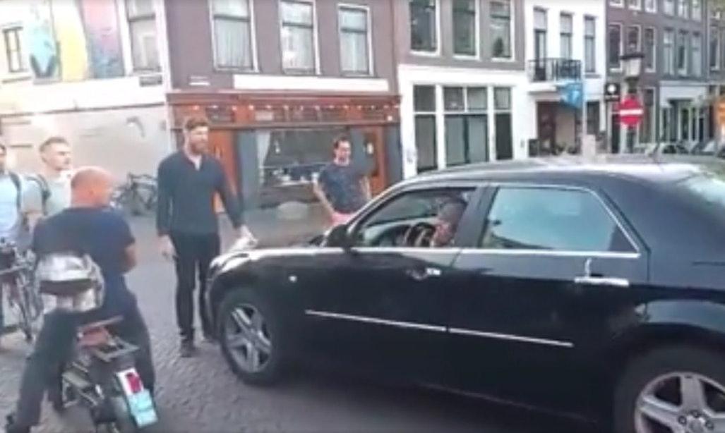 Chaos op Oudegracht nadat automobilist scooter, fiets en vrouw aanrijdt